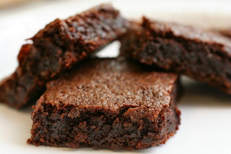 Prático e muito gostoso, o Brownie de Banana com cacau é uma boa opção para páscoa.