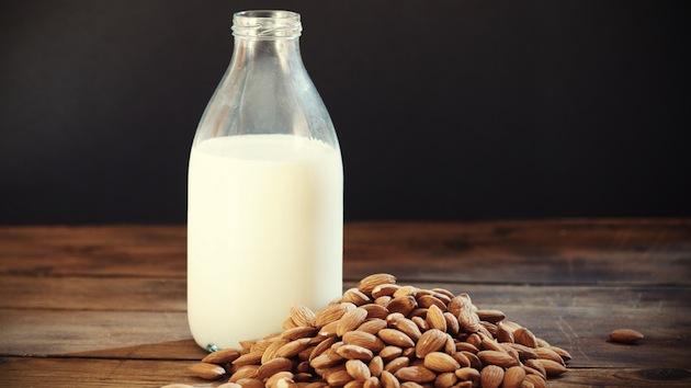 O leite vegetal de amêndoas é uma opção sem lactose