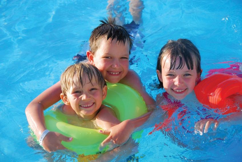 A natação promove a autoconfiança e a socialização das crianças